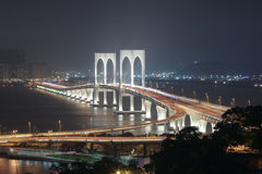 Vista con Sai Van Bridge alla notte Macao immagini stock libere da diritti