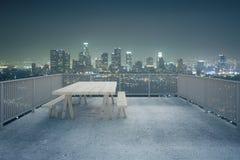 Vista concreta della città di notte del balcone Fotografia Stock