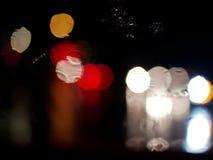 Vista confusa della luce del bokeh dell'ingorgo stradale fuori della strada dall'interno di corrente alternata immagini stock libere da diritti