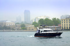 Vista Costantinopoli dell'yacht di Bosphorus Immagini Stock