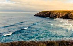 Vista costiera dalla spiaggia di Mawgan Porth fotografia stock libera da diritti