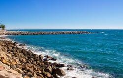 Vista costiera Mediterranea del mare in Spagna il giorno soleggiato Fotografia Stock
