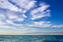 Vista costiera nuvolosa drammatica del cielo in mar Mediterraneo Fotografia Stock Libera da Diritti