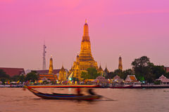 Wat Arun attraverso il Chao Phraya durante il tramonto Fotografia Stock Libera da Diritti