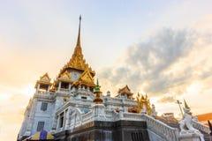 Vista crepuscular del templo budista Wat Trimitr Vityaram Voravihahn del Buda de oro en Chinatown o del área del yaowarat en Bang fotos de archivo