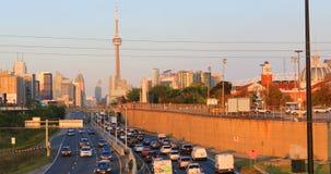 Vista crepuscular pela via expressa do centro da cidade 4K de Toronto