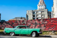 Vista cubana della via con Aqua Car fotografia stock libera da diritti