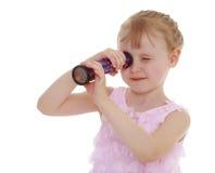 Vista curiosa da menina Imagens de Stock Royalty Free