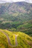Vista Curvy della strada della collina dalla sommità immagini stock