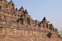 Vista d'allargamento di Borobudur alla base con abbondanza di piccoli stupas e statue di Buddha Fotografia Stock