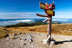 Vista d'autunno dalle montagne del rohace con l'indicatore stradale Immagini Stock