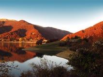 Vista d'autunno dei mountanins rossi Immagini Stock Libere da Diritti
