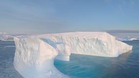 Vista d'inseguimento aerea del grande galleggiante dell'iceberg dell'Antartide video d archivio