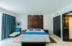 Vista d'invito di stupore dell'hotel dorato del tulipano, camera di albergo interna accogliente della sistemazione fotografia stock libera da diritti