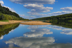 Vista da água em que é refletido o céu azul Fotos de Stock