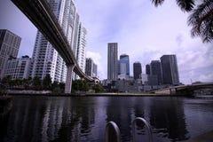 Vista da água sob a ponte do trilho do metro em Brickell fotos de stock royalty free