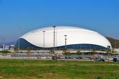 Vista da abóbada do gelo de Bolshoi da terraplenagem olímpica Foto de Stock Royalty Free