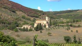 Vista da abadia medieval de San-Antimo, dia ensolarado Toscânia, Italy filme