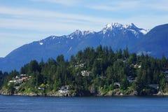 Vista da acqua di Vancouver ad ovest con le alte montagne sui precedenti Fotografia Stock Libera da Diritti