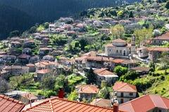 Vista da aldeia da montanha, Baltessiniko no Arcadia, Peloponnese, imagem de stock