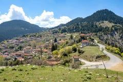 Vista da aldeia da montanha, Baltessiniko no Arcadia, Peloponnese, fotografia de stock