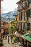 Vista da aleia no montanhês, das construções com trepadeira e do lago Como em Bellagio Imagens de Stock Royalty Free