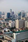 Vista da altura da arquitetura da cidade com casas e prédio foto de stock