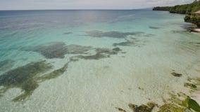 Vista da altura do balcão ao oceano e aos recifes de corais das águas pouco profundas dos trópicos filipinos exotic video estoque