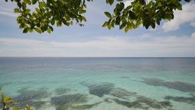 Vista da altura do balcão ao oceano e aos recifes de corais das águas pouco profundas dos trópicos filipinos exotic vídeos de arquivo