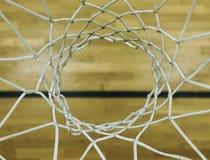 Vista da aro de basquetebol direta ascendente, escola que ostenta a placa de madeira na parte inferior Fotografia de Stock Royalty Free