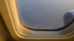 vista da asa do avião através da janela plana Voo acima das nuvens no nascer do sol filme