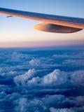 Vista da asa do avião durante o por do sol Fotos de Stock