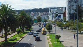 Vista da avenida de United Nations ao norte da cidade de Quito com o Estadio Olimpico Atahualpa no fundo Fotografia de Stock Royalty Free