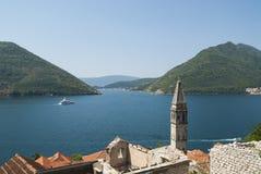 Vista da baía de Boka em Montenegro sobre a cidade de Perast Foto de Stock Royalty Free