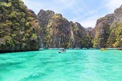 A vista da baía de Pileh é lagoa azul com a baía popular da rocha da pedra calcária na ilha Krabi da phi da phi, Tailândia Imagens de Stock Royalty Free
