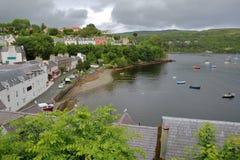 Vista da baía de Portree de Portree com os telhados de ardósia tradicionais no primeiro plano, ilha de Skye, montanhas, Escócia,  Imagem de Stock Royalty Free