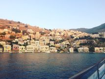 Vista da baía de Symi, Grécia imagens de stock royalty free