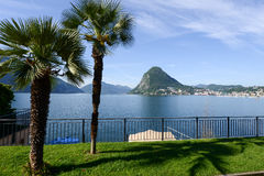 Vista da baía do jardim botânico em Lugano foto de stock