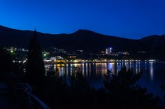 Vista da baía do Mar Negro entre montanhas com luzes da cidade e Imagens de Stock