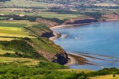 Vista da baía do ` s de Robin Hood, costa de Yorkshire fotografia de stock