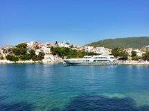 Vista da baía e do porto de Skiathos imagens de stock royalty free