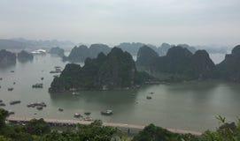 Vista da baía longa do Ha em Quang Ninh, Vietname fotos de stock