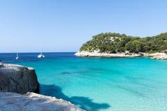 Vista da baía de Macarella e da praia bonita, Menorca, Balearic Island, Espanha Imagem de Stock