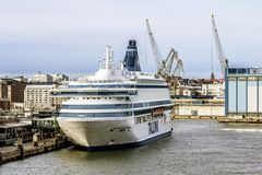 Vista da balsa do cruzeiro no terminal ocidental em Helsínquia Fotos de Stock Royalty Free