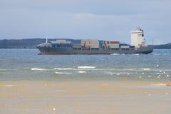Vista da barca com os recipientes no mar Fotografia de Stock Royalty Free