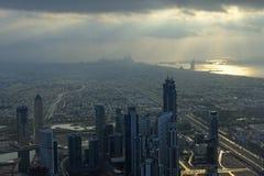 Vista da Burj Khalifa verso il porticciolo del Dubai fotografie stock libere da diritti