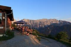 Vista da cabana de Vorderkaiserfelden no pôr do sol imagem de stock royalty free