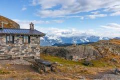 Vista da cabana do abrigo e do alpino italiano cobertos com foto de stock royalty free