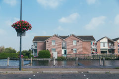Vista da casa através do canal Imagem de Stock