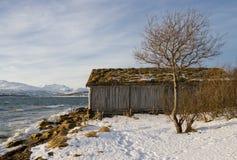 Vista da casa de madeira velha na praia do inverno Fotografia de Stock Royalty Free
